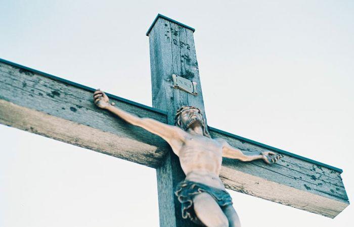 Ce se scrie pe crucea mortului si ce inseamna mentiunea INRI?