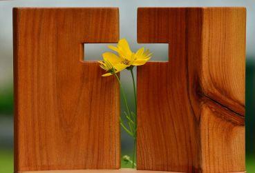 Cand se inlocuieste crucea de lemn? O decizie intre credinta si necesitate