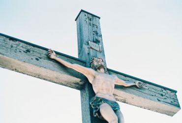 Ce se scrie pe crucea mortului si ce inseamna mentiunea…